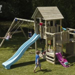 Speeltoestel van hout, een Penthouse met glijbanen en schommels