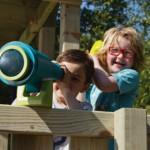 Dit speeltoestel biedt voldoende ruimte voor allerlei speelaccessoires, zoals een telescoop