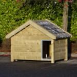 Hondenhok Snuf van geïmpregneerd vurenhout, afm. 176x126x140cm, leverbaar met oranje of blauw gesmoorde dakpannen