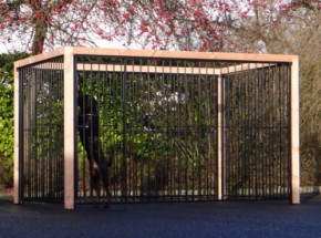 Hondenkennel FLINQ, zwarte kennelpanelen met Douglas houtkader 318x218cm