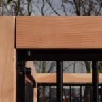 Zwarte kennelpanelen met houtkader: robuust, zeer nette afwerking.