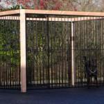Zwarte hondenkennel FLINQ met Douglas houtkader 318x218 cm
