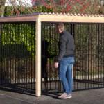 Zwarte kennel met douglas hout. 3x1,5 meter.