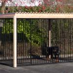 Hondenkennel FLINQ zwart met dak en Douglas houtkader 318x168 cm