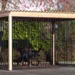 Zwarte hondenkennel FLINQ met dak en Douglas houtkader