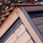 Douglas hout met zwart gecoat staal en aluminium dak.