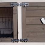 Dubbele slotjes op de deuren van het konijnenhok