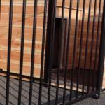 Zwarte tralies, Douglas hout, Beton multiplex vlonder, met aluminium, geïsoleerd hok.
