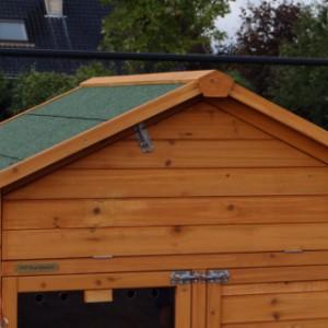 Kippenhok met bergzolder onder het dak