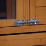 Dubbele sloten op deuren kippenhok