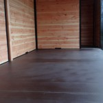 Een vlakke vloer voor het eenvoudig schoonmaken van de kennel