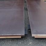 Kunststof blokjes voorkomen het 'wisselen' van de vloerplaten onderling.
