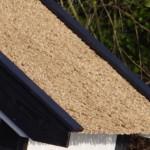 Rieten dakbedekking op hondenhok Snuf, een schitterend en zeer exclusief hondenhok (detail-foto van rieten dak)