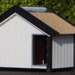 Wit hondenhok, met zwarte afzetting met rieten dak 206x125x142cm.