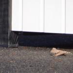 Kunststof voetjes onder het hondenhok.