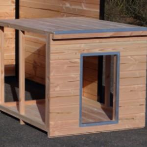 Het hondenhok staat op zichzelf, en word als bouwpakket geleverd.