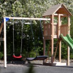 Mooi houten buitenspeelgoed: Speeltoestel met schommel en glijbaan