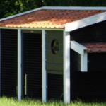 Kippenhok Supreme zwart/wit, een groot kippenhok, door ons gemaakt in de beste kwaliteit, van geïmpregneerd hout met keramische dakpannen.