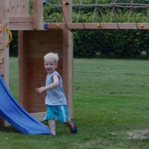 Speeltoestel, ook geschikt voor kleine kinderen door meerdere speelplateaus