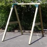 Extra stevig schommel frame door palen van 9x9 cm en een plank van 14 cm.