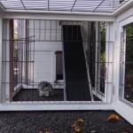 Opening in aanbouwren konijnenhok
