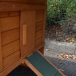 Konijnenhok Budget met kunststof dak heeft een afsluitbare buitenren (deurtje dicht)