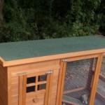 Kippenhok met groen dakleer dak