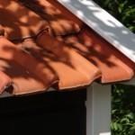 Groot solide hondenhok met dakpannen: deze kunnen geleverd worden in oranje, blauw gesmoord of zwart geglazuurd.