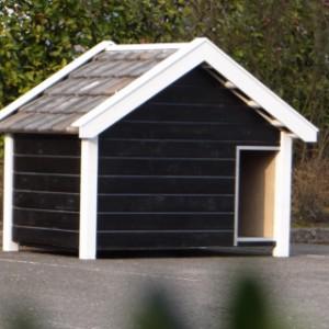 Hondenhok Turbo zwart wit met blauw gesmoorde dakpannen.