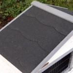 Konijnenhok Regular Small white-grey heeft een dak wat voorzien is van dakleer.