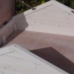Konijnenhok met bergzolder onder het dak