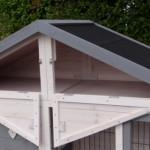 Konijnenhok met opbergruimte onder het dak.