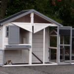 Praktisch konijnenhok met ruime deuren