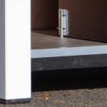 Hondenhok met aluminium randen rond dak en opening