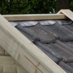 Konijnenhok met dakpannen dak