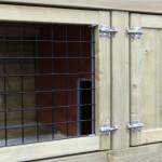 Konijnenhok met dubbele sloten op de deuren