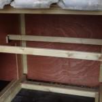 Kippenhok met 2 grote zitstokken in nachthok