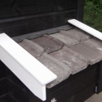 Legnest kippenhok met dakpannen