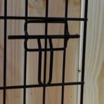 Eén van de sluitingen van de zwarte hondenbench 109cm