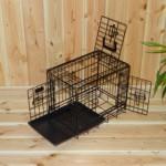 Zwarte hondenbench 48cm, met 3 deuren en een handige schuiflade.