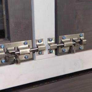 De deuren van konijnenhok Prestige Medium zijn voorzien van dubbele sloten