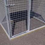 Kattenren is aan de onderkant voorzien van houten randen zodat katten er niet onderdoor kunnen kruipen.