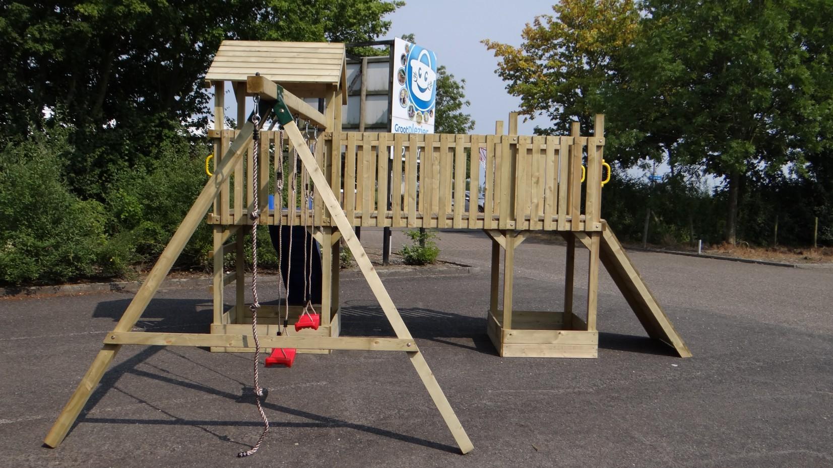 Speeltoestel joas glijbaan schommelzitjes klimwand for Houten trap voor buiten